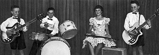 Томми Эммануэль (слева) в составе своей первой группы